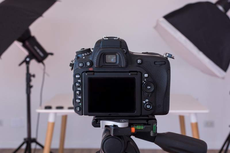 close-up-dslr-camera-tripod-photo-studio