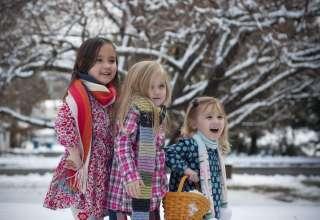 sisters-winter-snow-trees-holida